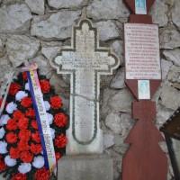 Podul Dâmboviței - Cruce de piatră dedicată eroilor căzuți în Primul Război Mondial